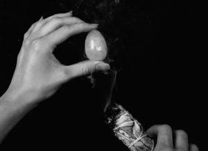 Reinigung (Räuchern) von einem Yoni Ei mit Weissem Salbei